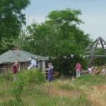 Menschen mit Hütte und Pyramide