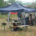Pavillon im Regen mit Bierbänken